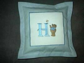 1 Kuschelkissen H und Teddy mit Biene - Bild vergrößern