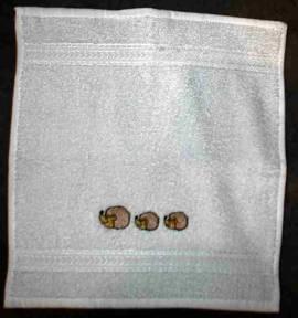 1 Wachlappen bestickt mit 3 Igeln - Bild vergrößern